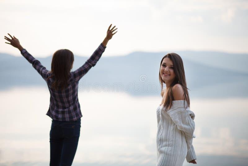 Le portrait de la fille et de la belle jeune femme a regardé la mer photo stock