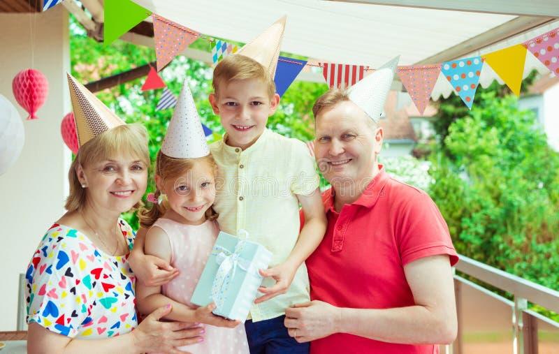Le portrait de la grande famille heureuse célèbrent l'anniversaire et les grands-parents photographie stock