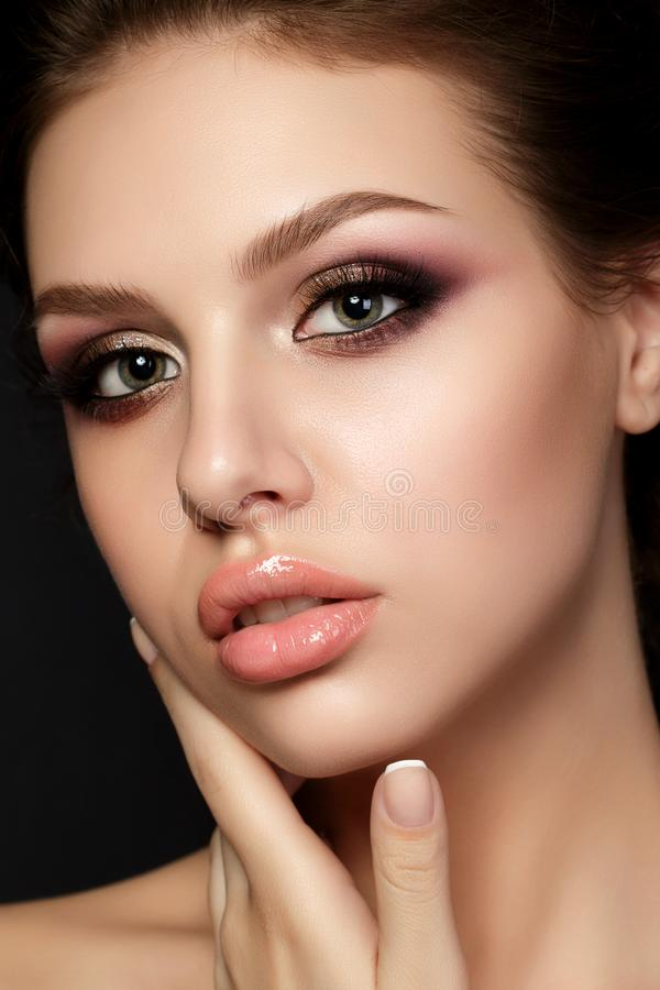 Le portrait de la jeune belle femme avec la soirée composent le contact photographie stock libre de droits