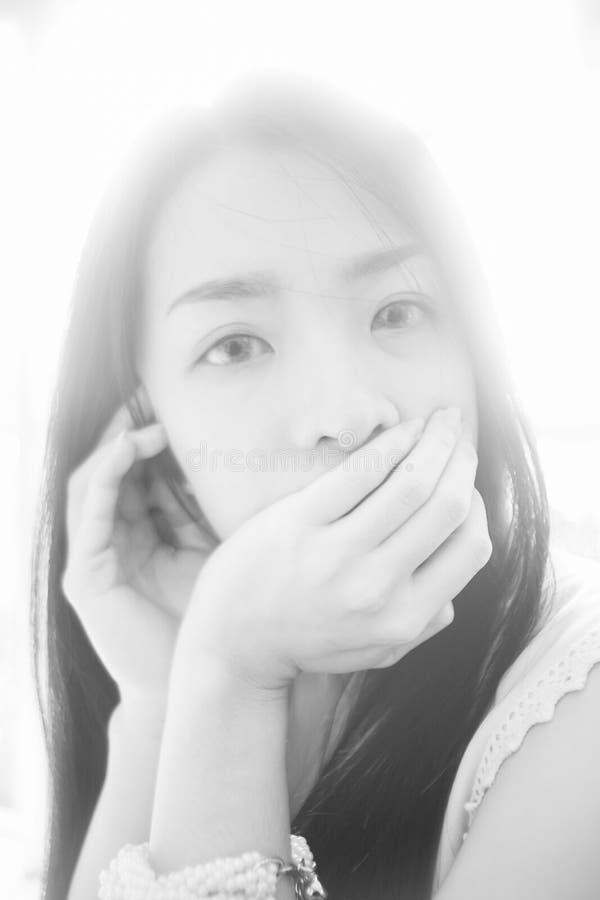 Le portrait de la jeune femme asiatique a regardé l'appareil-photo, style principal élevé de photo, photo noire et blanche de cou image stock
