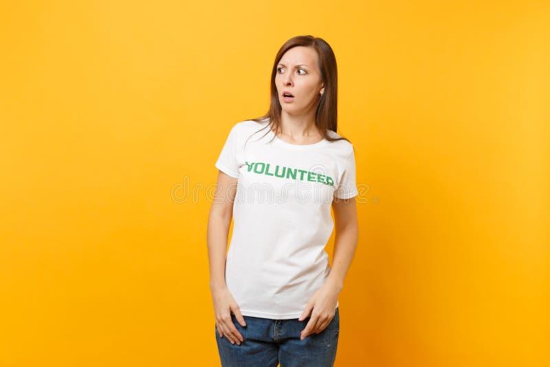 Le portrait de la jeune femme effrayée choquée effrayée dans le T-shirt blanc avec le volontaire écrit de titre de vert d'inscrip photo libre de droits