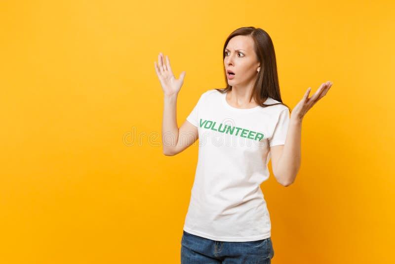 Le portrait de la jeune femme effrayée choquée effrayée dans le T-shirt blanc avec le volontaire écrit de titre de vert d'inscrip image stock