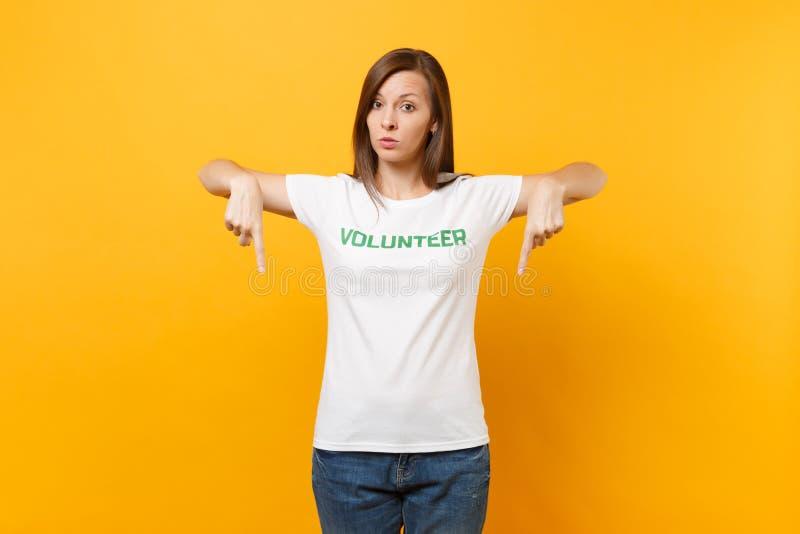 Le portrait de la jeune femme sérieuse calme intéressée dans le T-shirt blanc avec le volontaire écrit de titre de vert d'inscrip photos libres de droits