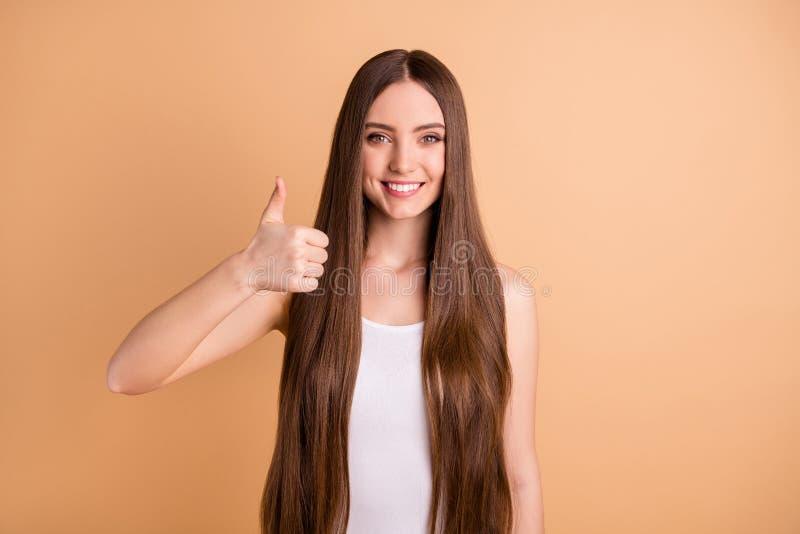 Le portrait de la jeunesse gentille géniale drôle mignonne millénaire font recommander des annonces la coiffure de styliste en co image libre de droits