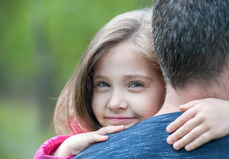 Le portrait de la petite fille mignonne s'est tenu dans des bras du ` s de p?re Famille affectueuse heureuse Engendrez et sa fill photo stock