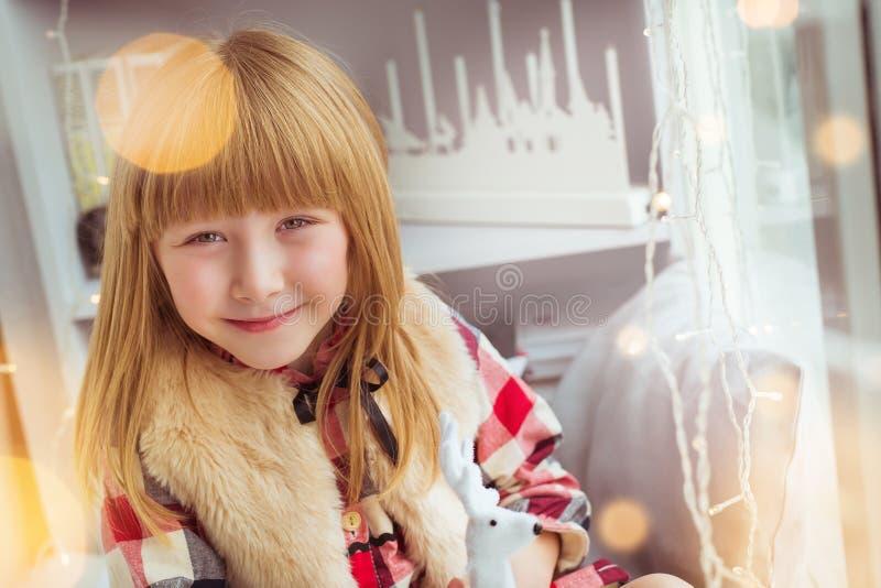 Le portrait de la petite fille sourit dans le temps de Noël image libre de droits