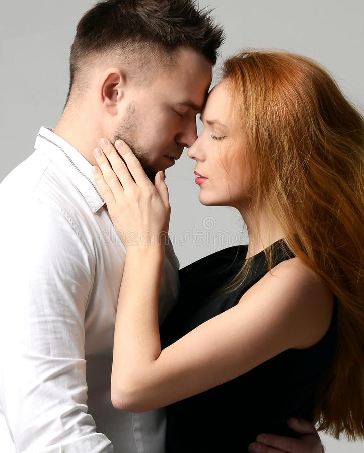 Le portrait de mode du jeune amour de couples ayant l'amusement finissent ensemble apprécient leur amour et date romantique photo libre de droits