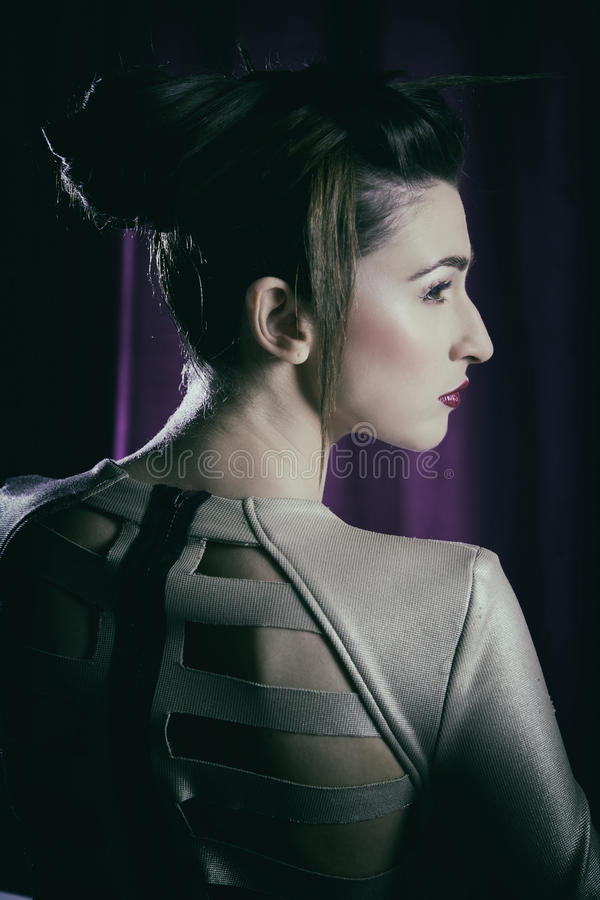 Le portrait de mode du modèle avec le maquillage fou étonnant et les cheveux font dans l'obscurité image stock