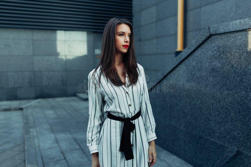Le portrait de mode de mode de vie de la jeune femme élégante de hippie avec des lunettes de soleil marchant sur la rue, équipeme photographie stock libre de droits
