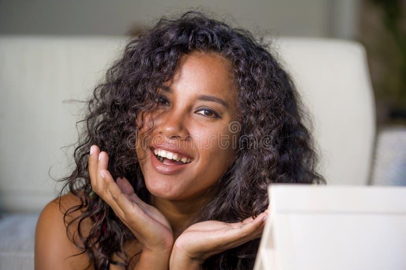 Le portrait de mode de vie de la jeune femme hispanique noire exotique magnifique et heureuse regardant l'appareil-photo séduisan photographie stock libre de droits