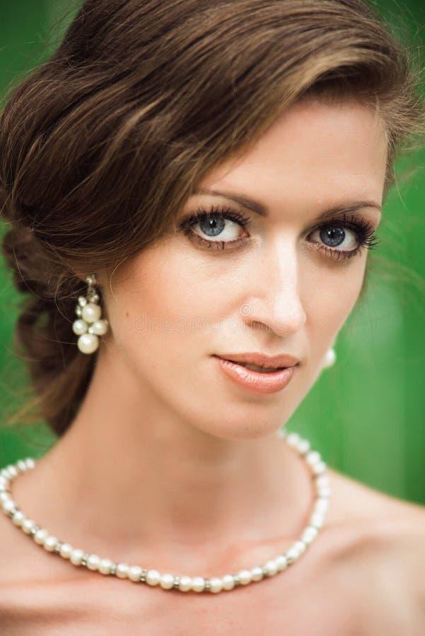 Le portrait de plan rapproché d'un beau bleu a observé la jeune mariée images stock