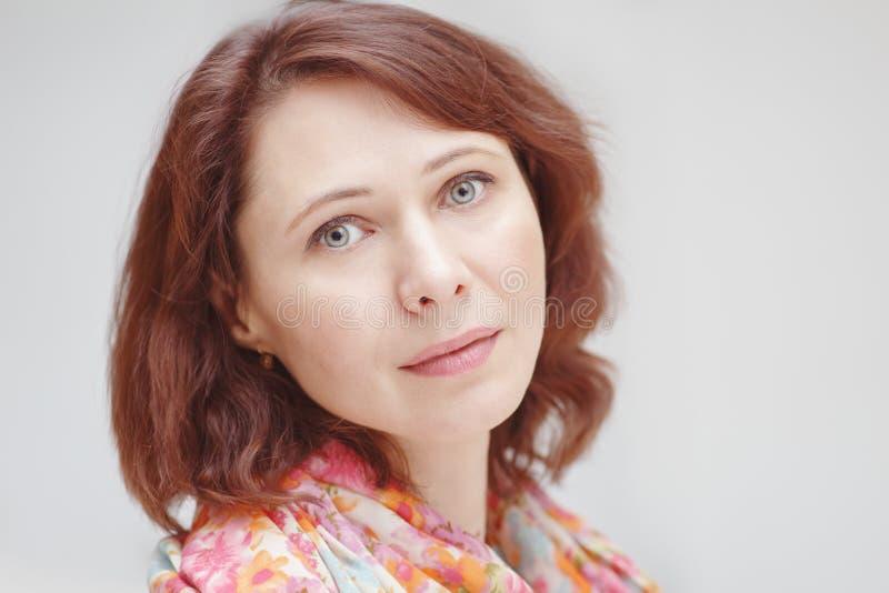 Le portrait de plan rapproché du beau milieu calme a vieilli la femme caucasienne blanche de brune avec les yeux verts photos stock