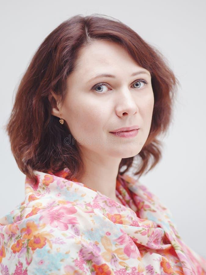 Le portrait de plan rapproché du beau milieu calme a vieilli la femme caucasienne blanche de brune avec les yeux verts image stock