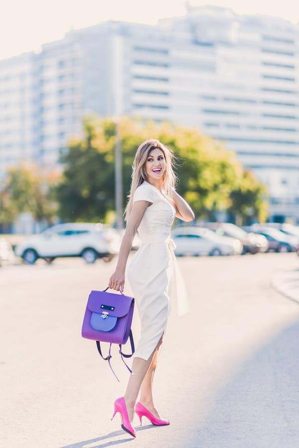 Le portrait de sexy élégant de mode de la femme blonde de jeune hippie, dame élégante, des couleurs lumineuses s'habillent, fille photographie stock libre de droits