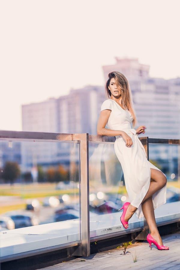 Le portrait de sexy élégant de mode de la femme blonde de jeune hippie, dame élégante, des couleurs lumineuses s'habillent, fille images libres de droits