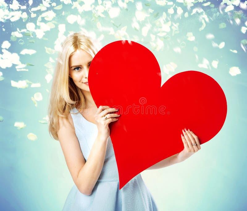 Le portrait de Valentine d'une fille blonde image stock