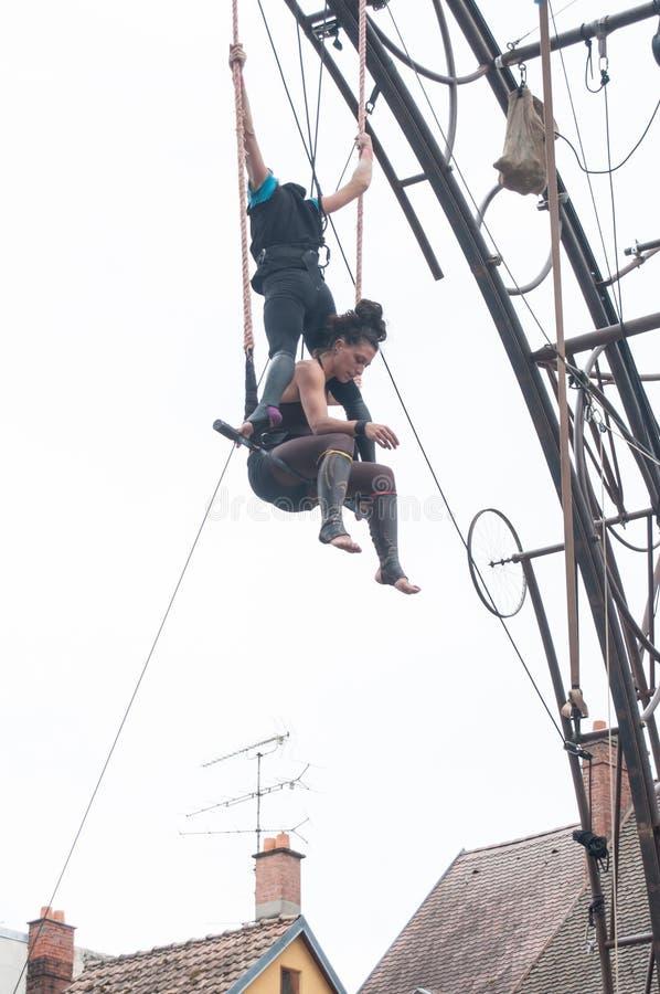 Le portrait des jeunes femmes s'exerçant sur le trapèze pour des acrobaties aériennes extérieures montrent dans l'endroit princip image stock