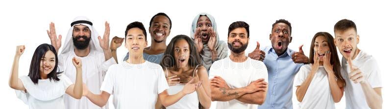 Le portrait des jeunes semble étonné et heureux sur le fond blanc photographie stock
