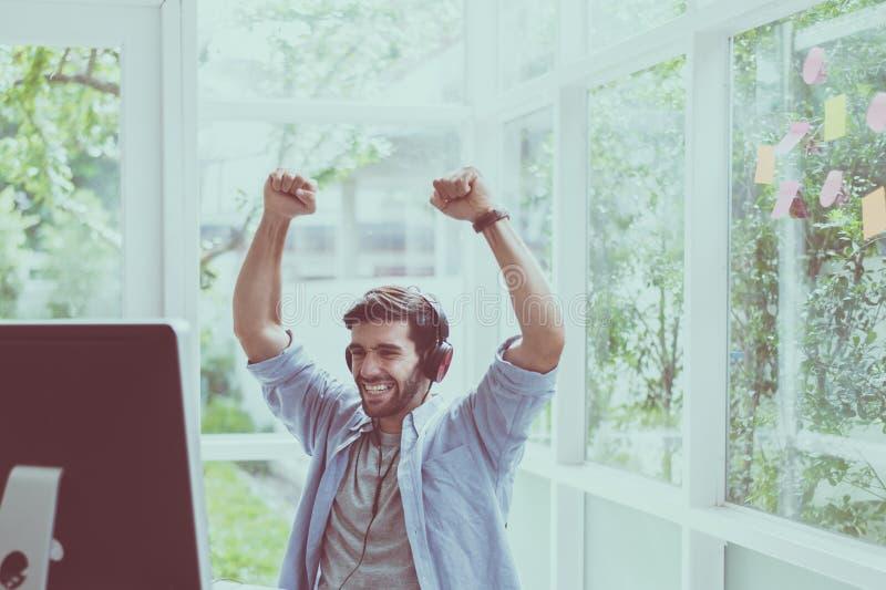 Le portrait des rais réussis de mains d'homme avec le jeu de gagnant en ligne, heureux et souriant, détendent le temps photographie stock