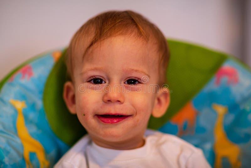 Le portrait du bébé malpropre de sourire aime manger photos libres de droits