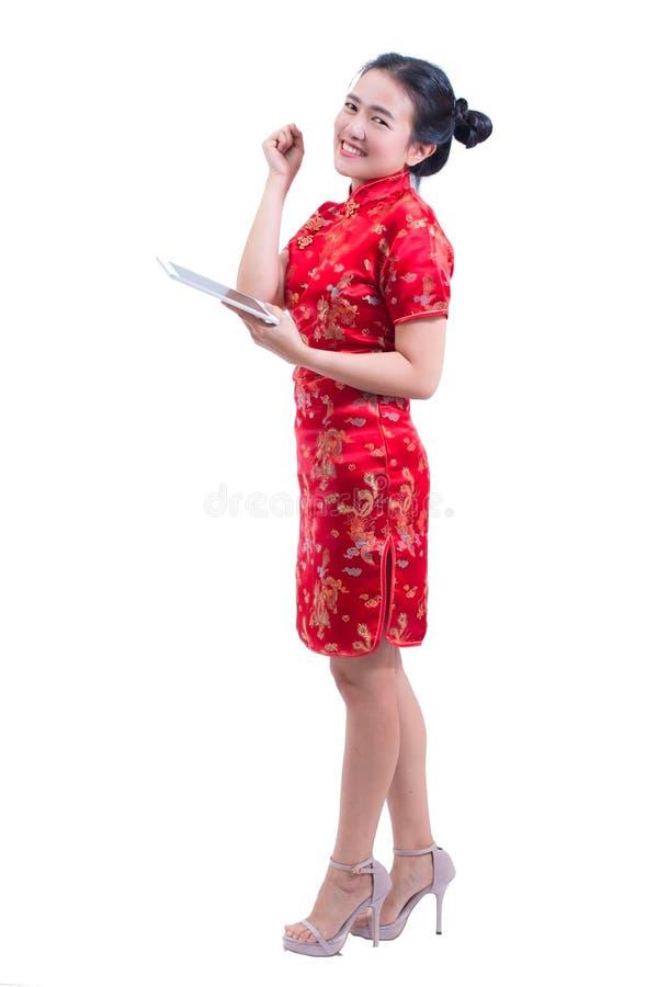 Le portrait du beau jeune Chinois asiatique d'usage de femme habillent le tradi photo libre de droits