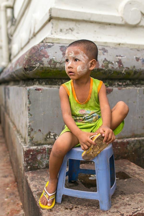 Le portrait du Birman badinent avec Tanaka traditionnel sur le visage images stock