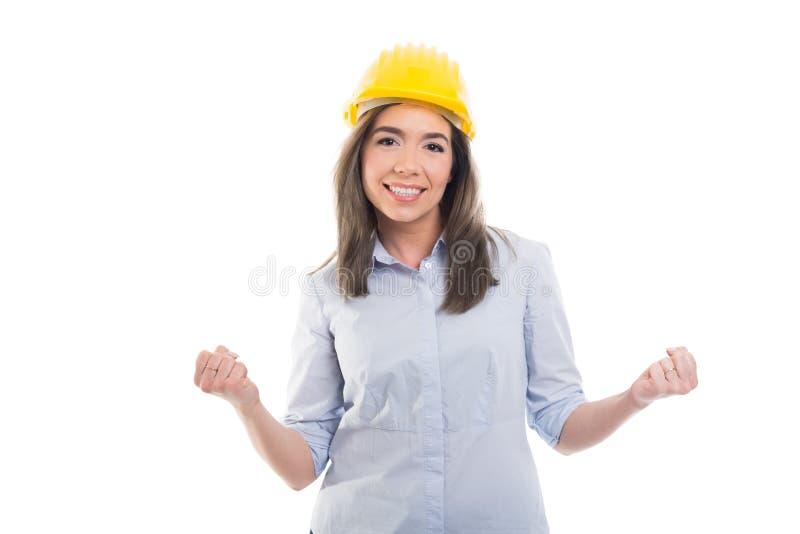 Le portrait du constructeur féminin montrant des poings aiment gagner image libre de droits