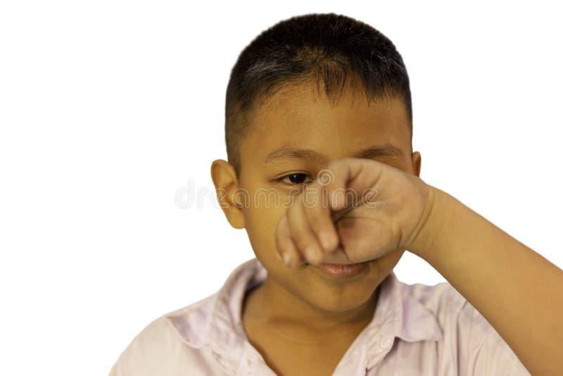 Le portrait du garçon asiatique pleurant avec sa main couvrent son visage dans le chemin de clippinh photos libres de droits