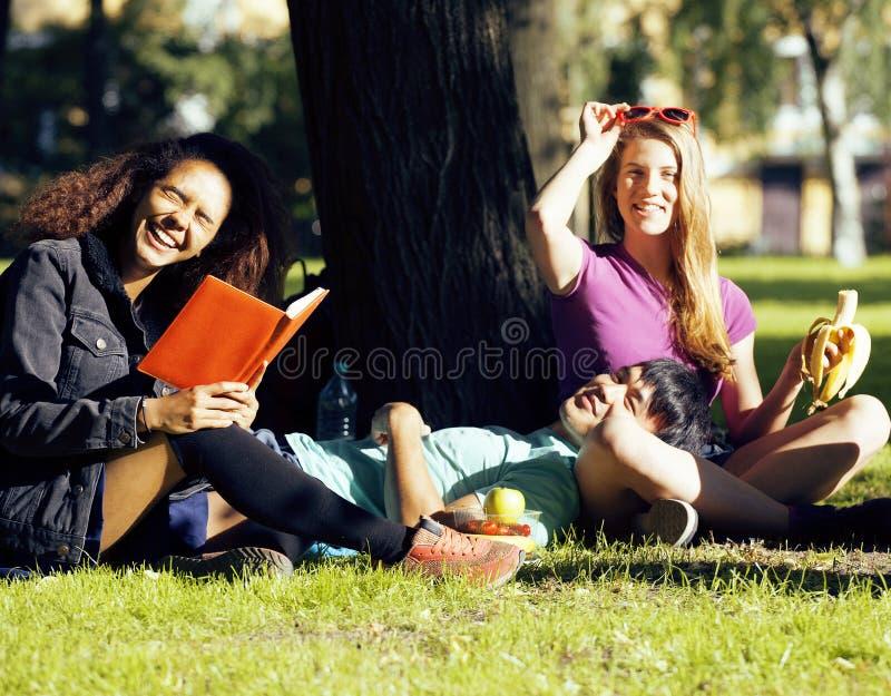 Le portrait du groupe international d'étudiants se ferment vers le haut du sourire, fille blonde, garçon asiatique, jeune femme a photographie stock