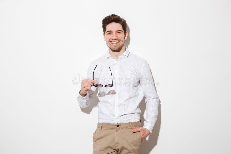 Le portrait du jeune homme de mode s'est habillé dans le sourire et le posin de chemise photos libres de droits