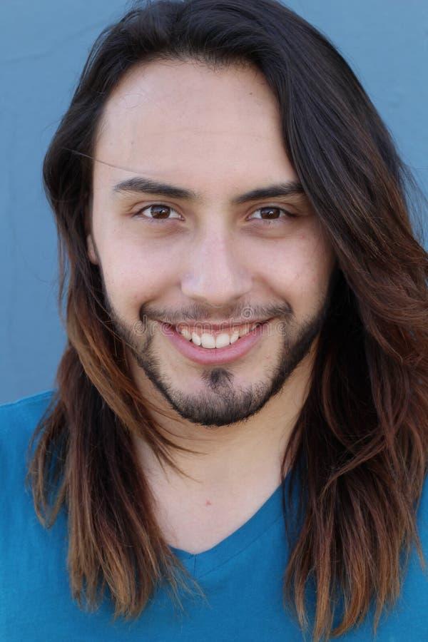 Le portrait du jeune homme heureux et souriant photographie stock