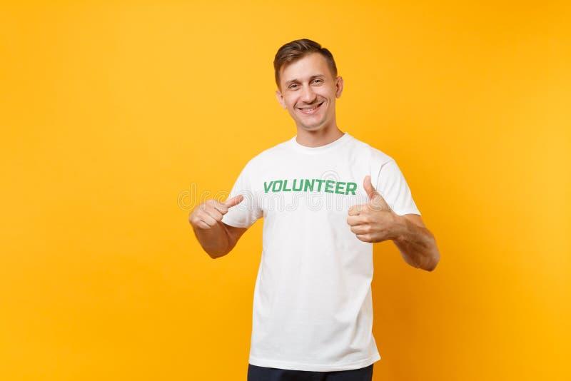 Le portrait du jeune homme sûr de sourire heureux dans le T-shirt blanc avec le volontaire écrit de titre de vert d'inscription a photo libre de droits