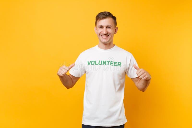 Le portrait du jeune homme sûr de sourire heureux dans le T-shirt blanc avec le volontaire écrit de titre de vert d'inscription a image libre de droits