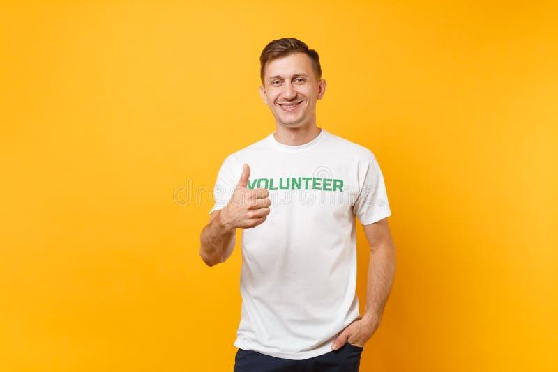 Le portrait du jeune homme satisfaisant de sourire heureux dans le T-shirt blanc avec le volontaire écrit de titre de vert d'insc photo stock