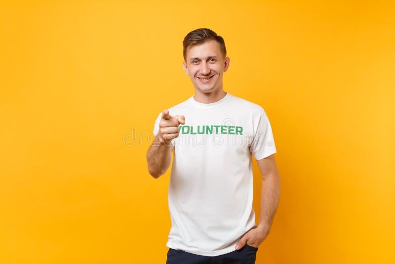 Le portrait du jeune homme satisfaisant de sourire heureux dans le T-shirt blanc avec le volontaire écrit de titre de vert d'insc image libre de droits