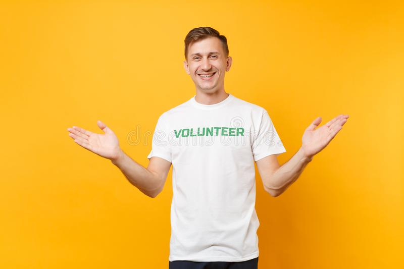 Le portrait du jeune homme satisfaisant de sourire heureux dans le T-shirt blanc avec le volontaire écrit de titre de vert d'insc photos libres de droits