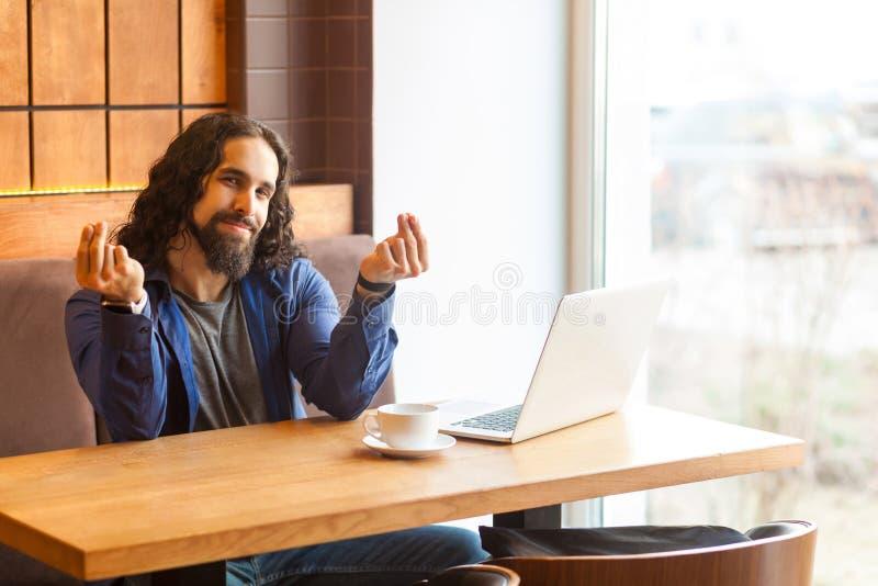 Le portrait du jeune indépendant adulte beau d'homme dans le style occasionnel se reposant en café et est conforme à son employeu photo stock