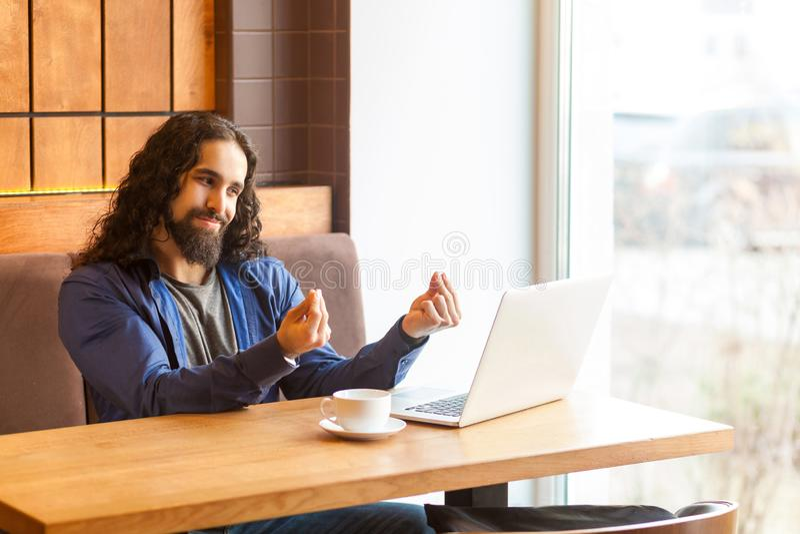 Le portrait du jeune indépendant adulte beau d'homme dans le style occasionnel se reposant en café et est conforme à son employeu photo libre de droits