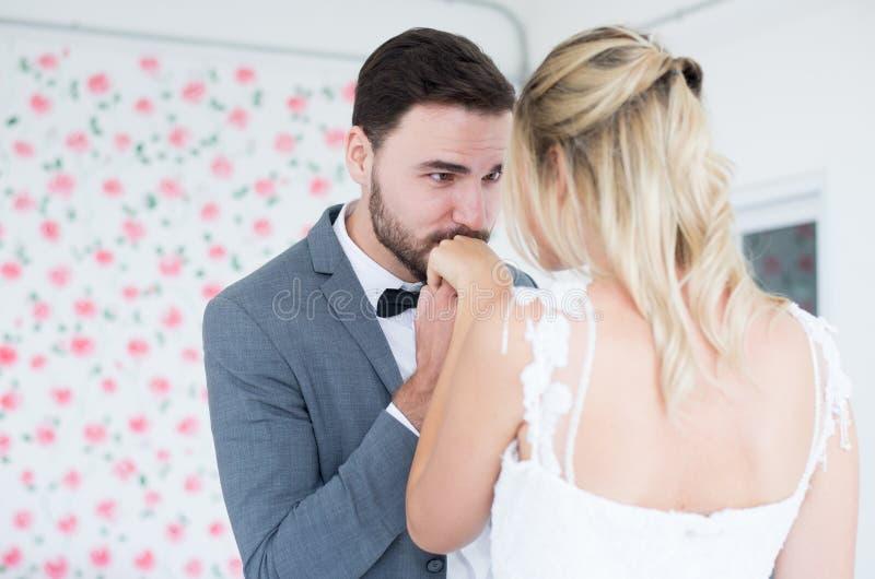 Le portrait du marié avec les couples romantiques de jeune mariée embrasse des mains, heureux et sourit dans le jour d'engagement images stock