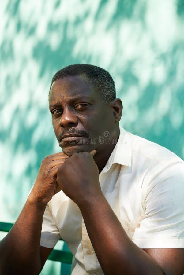 Le portrait du milieu a vieilli l'homme africain regardant fixement l'appareil-photo images libres de droits