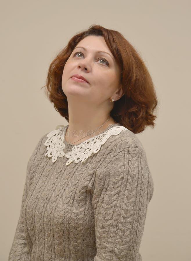 Le portrait du ` s de femme avec l'à tête saillante et l'oeil tournés  photographie stock libre de droits