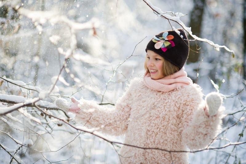 Le portrait du ` s de fille dans la forêt d'hiver photo stock