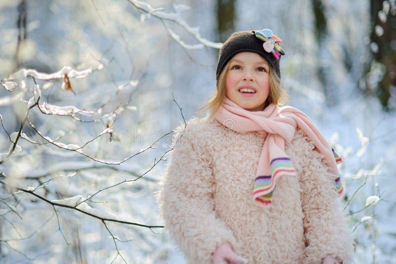 Le portrait du ` s de fille dans la forêt d'hiver photographie stock libre de droits