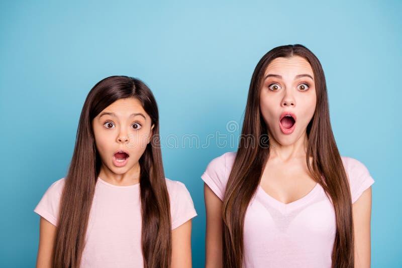Le portrait en gros plan de deux attrayants avec du charme mignons jolis stupéfait a effrayé les filles aux cheveux droits effray photos libres de droits
