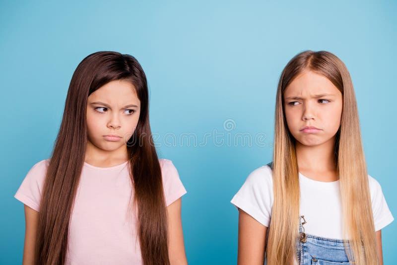 Le portrait en gros plan de deux fous tristes avec du charme attrayants mignons gentils de personnes beaux offensés a déçu sombre photos stock