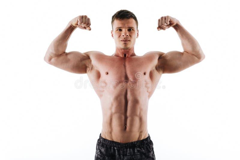 Le portrait en gros plan des sports forts sérieux équipent montrer son biceps photos stock