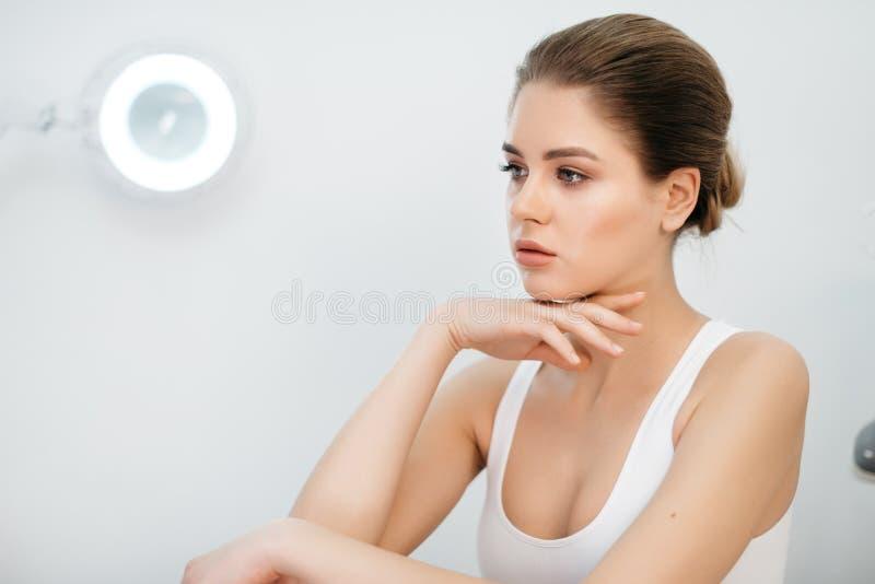 Le portrait en gros plan latéral de la jeune femme blonde avec du charme avec le maquillage naturel, l'updo de cheveux et la porc image stock