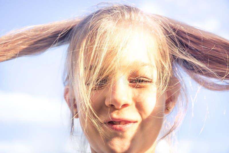 Le portrait ensoleillé de sourire malfaisant drôle de fille d'enfant avec des cheveux a coupé le bonheur d'imbécile de concept de photo libre de droits