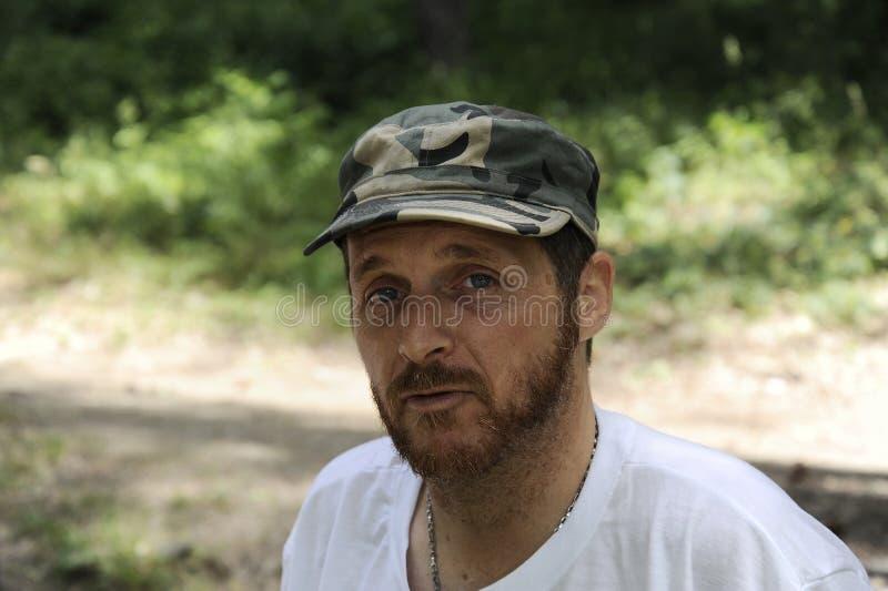 Le portrait horizontal d'extérieur du jeune homme heureux de randonneur avec la barbe rouge, se sentent bien après la hausse dans photos stock