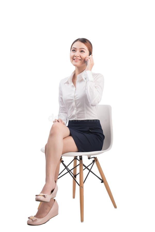 Le portrait intégral de la belle jeune femme asiatique d'affaires se reposent photographie stock libre de droits
